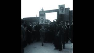 """""""Con Gaitán, capitán del pueblo, daremos la victoria en marzo"""", salida del circo de Santamaría Bogotá, 14 de marzo de 1947. Archivo fotográfico de Sady González, Biblioteca Luis Ángel Arango"""