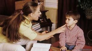 Terapista y niño