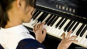 Niña tocando el piano