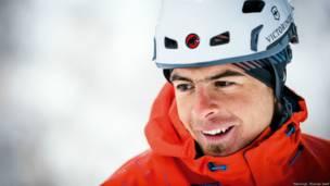 Fotógrafo registra o trabalho de equipe de escaladores em gigantescas cascatas de gelo da Noruega (Thomas Senf)