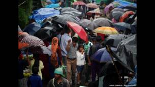 Gente camina con paraguas en Mawsynram. Amos Chapple / Rex Features