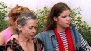 Natalia Revuelta, a la derecha, con su nieta Alina