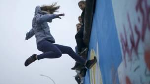 Actuación en el Muro de Berlín
