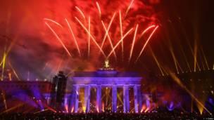 Fuegos artificiales en la puerta de Brandenburgo, Berlín, Alemania.