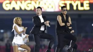 El artista surcoreano Psy interpretando Gangnam Style