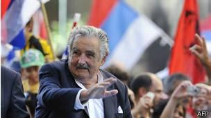 El presidente uruguayo, José Mujica, saluda a simpatizantes.
