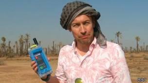 Periodista de la BBC con una carcasa satelital en un desierto de Marruecos