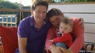 Alex Lewis con su mujer y su hijo