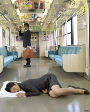 Женщина спит на полу поезда в метро