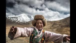 Muchacha tibetana, foto de Sarawut Intarob