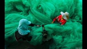 Tejiendo redes para pescar, fotografía de Pham Van Ty