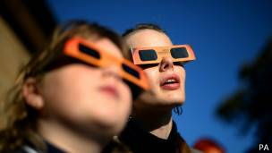 Gente mirando un eclipse