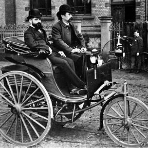Karl Benz en su invento: el primer automóvil