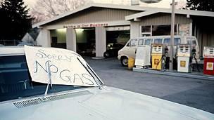 """Cartel que dice: """"Sin gasolina"""" en una gasolinera de EE.UU. durante la crisis de 1973."""