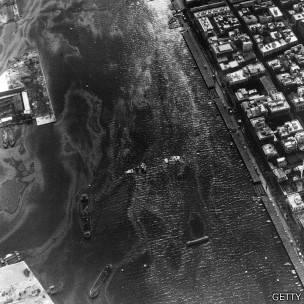 Vista aérea del Canal de Suez durante la crisis: barcos deliberadamente hundidos por orden de Nasser lo bloquean.