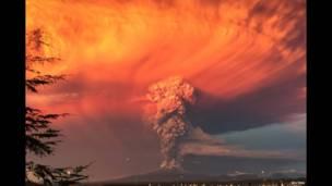 Fumaça e cinzas do vulcão Calbuco são vistas da cidade de Puerto Montt, 22 de Abril 2015. REUTERS