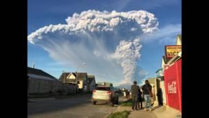 Vista de Puerto Varas, no sul do Chile, mostra o vulcão Calbuco. 22 de abril de 2015, EPA