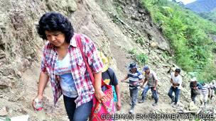 Berta Cáceres camina por las montañas con miembros de la comunidad lenca
