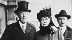 El presidente de EE.UU Wilson tuvo un ictus que lo incapacitó. Se dice que su mujer Edith Wilson fue la primera presidenta del país, aunque en la sombra.