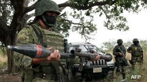 Soldado con lanzacohetes incautado a un grupo delictivo