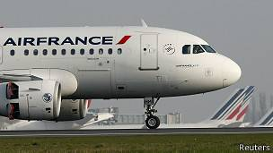 Avión de Air France en aeropuerto Roisyy-Charles de Gaulle en París