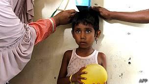Niña medida en la clínica de emergencia establecida para los migrantes