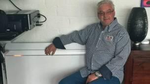 Jerry van Waardhuizen con el nuevo radiador de su casa.
