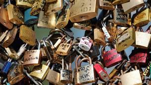 paris, puente, candados, amor, turistas,