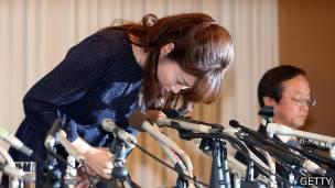 """La bióloga Haruko Obokata se dsculpó ante la prensa por sus """"errores""""."""