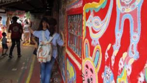 遊客在台中彩虹眷村內拍照