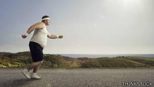 Hombre con sobrepeso corriendo