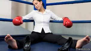 Ejecutiva caida en el ring de boxeo