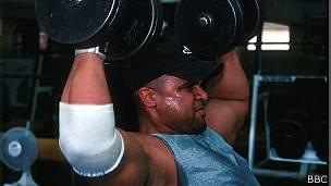 Un hombre alzando pesas