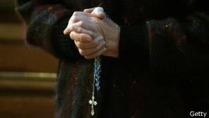manos y una cruz