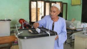 مسن يصوت في الانتخابات البرلمانية