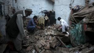 باكستانيون يبحثون عن متعلقاتهم.