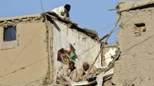 مواطنون يقومون بأعمال إصلاح