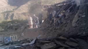 أفغان يعاينون أثر الدمار في منزل