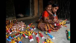 أم شابة تصنع دمى خشبية، للمصور غوتام داو