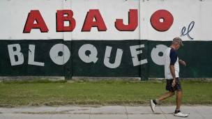 Un cartel contra el embargo en Cuba