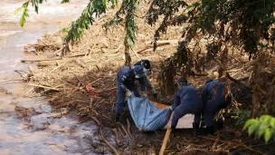 Rescatistas brasileños trabajan tras la ruptura de un dique minero que causó muertes y destrucción ambiental.