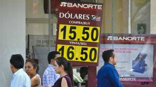 Cotización del peso frente al dólar en un banco de Ciudad de México