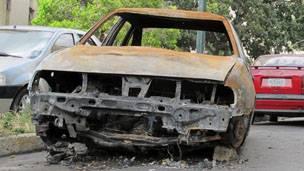 Carro incendiado en Caracas