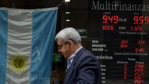 Un cartel con las tasas de cambio en Argentina