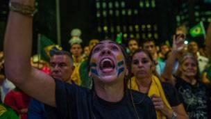 Manifestantes contra el gobierno de Brasil.