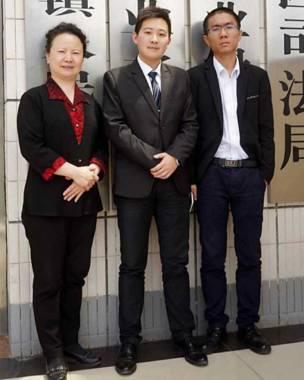 C先生與他的辯護律師劉明輝(左)、黃沙(右)在一起。