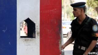 Un policía en la embajada francesa en El Cairo