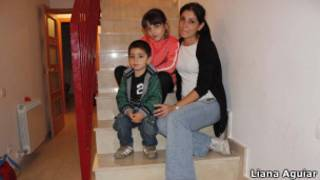 Soraya Urbano Oviedo y sus hijos (Foto: Liana Aguiar / BBC Brasil))