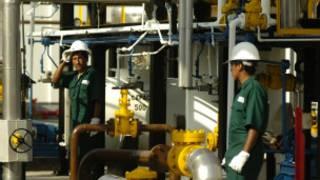 Tabajadores en una refinería en Perú