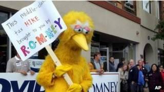 Big Bird con un cartel alusivo a Romney